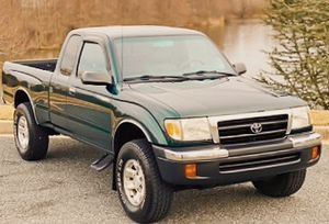 TACOMA 2000 TOYOTA GREEN ! FOR SALE for Sale in Macon, GA