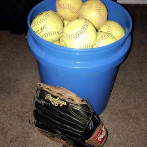 Softball set (30 11inch softballs & One 12 Inch Rawlings Glove) for Sale in Kissimmee, FL