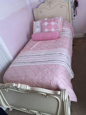 Lea Jessica Mcclintock Romance Collection bedroom set for Sale in Dearborn, MI