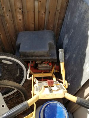 Mclane front throw Lawn mower with bucket for Sale in Hacienda Heights, CA