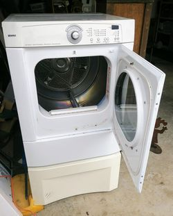 ELECTRIC DRYER WITH PEDISTAL for Sale in Scappoose,  OR