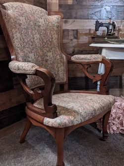 Beautiful Antique Chair Excellent Condition for Sale in Beaverton,  OR