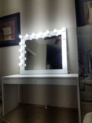 XL makeup vanity mirror. No desk for Sale in Chino, CA