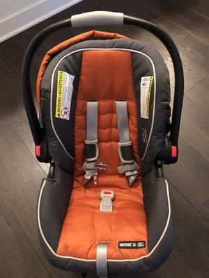 Graco Snug Ride Car seat with car seat base for Sale in Chicago, IL