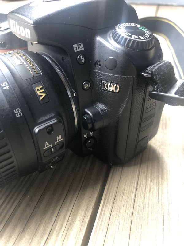 Like New Nikon D90 with 18-55mm DX VR Lens 3 batteries, Charger