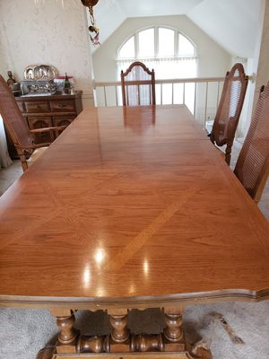 Dining room table with w leafs. for Sale in Bellevue, WA