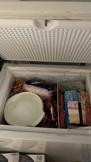 """Looking to buy a freezer / Busco un congelador con Las tres bbb""""s for Sale in El Paso, TX"""