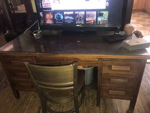 Desk and chair for Sale in Cleveland, OH