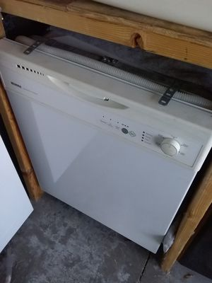 White Kenmore dishwasher with plastic tub in good working condition for Sale in Kissimmee, FL