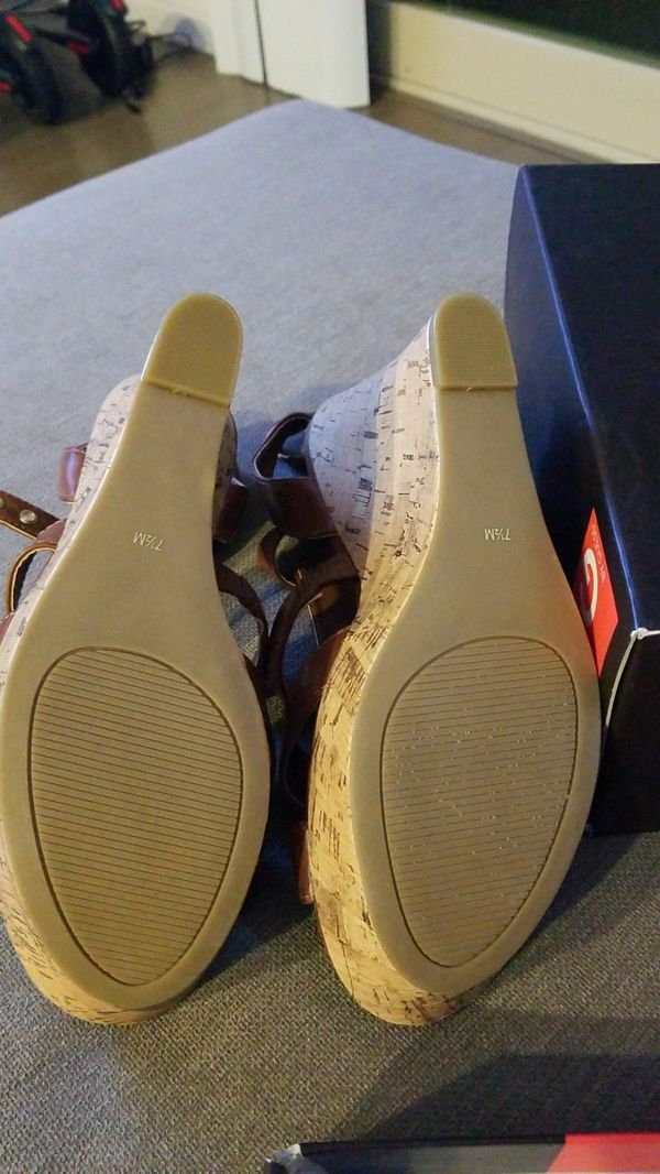NEW Guess 7.5 medium brown wedges