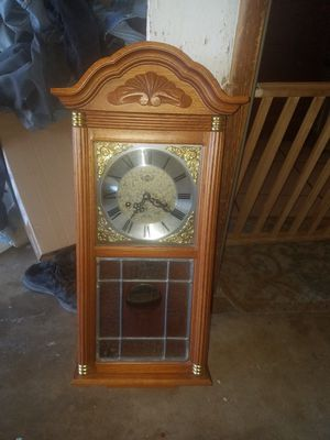 BEAUTIFUL ANTIQUE WINDUP CLOCK WITH HOURLY CHIME for Sale in Reedley, CA
