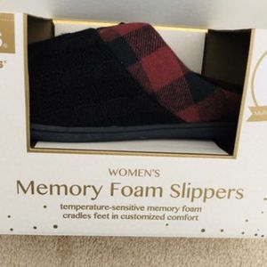NEW Totes Toasties Womens Size XL 9½-10 Plaid Flannel Memory Foam Slippers Black(pick up only) for Sale in Alexandria, VA