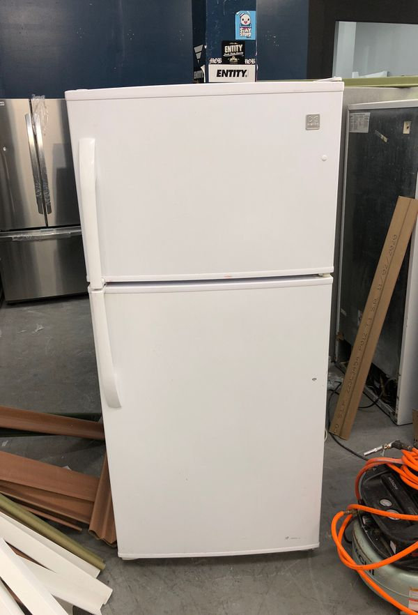 WHITE 18 CU FT TOP & BOTTOM 30' WIDE APARTMENT SIZE FRIDGE - USED