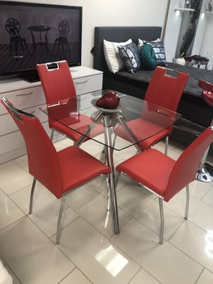 DINING TABLE GLASS TOP WITH 4 CHAIRS for Sale in Hialeah, FL