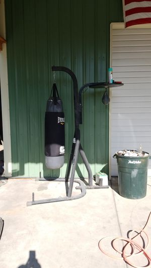 Everlast heavy bag with stand for Sale in Yelm, WA
