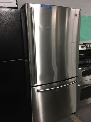 LG stainless steel bottom freezer fridge in excellent condition for Sale in Halethorpe, MD