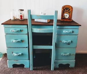 Adorable desk and chair for Sale in Apple Valley, CA