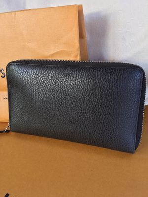Authentic large Gucci Brown Pebbled Leather Zip Around Wallet for Sale in Glendale, AZ