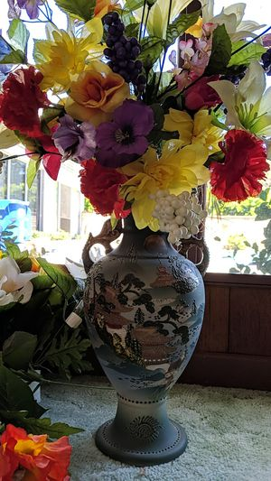 Plastic flowers, vase, and baskets $5 for Sale in Glendora, CA