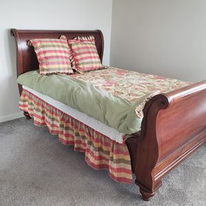 Bedding set with comforter skirt and pillows for Sale in Knoxville, TN