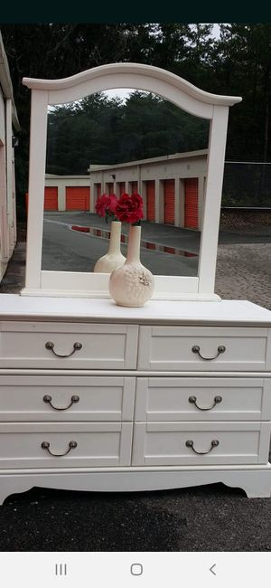 BEAUTIFUL WHITE DRESSER WITH BIG MIRROR ALL DRAWERS WORKING WELL GOOD CONDITION for Sale in Fairfax, VA
