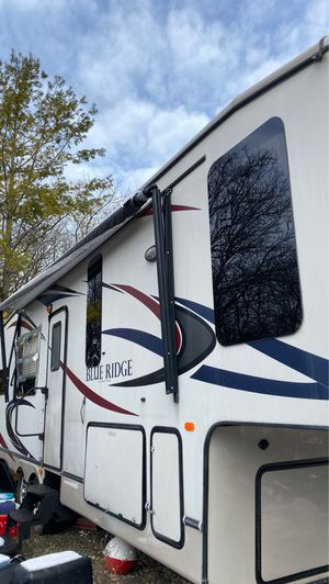 Blue ridge. 5th wheel. Custom inside. Beautiful. for Sale in Freeland, MI