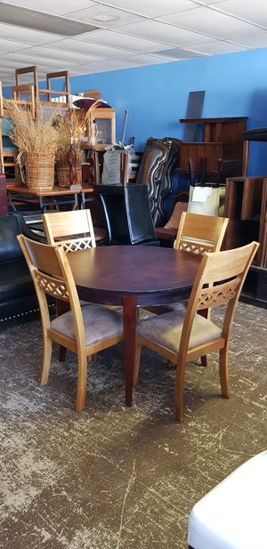 Round dining table + Chairs for Sale in Norcross, GA