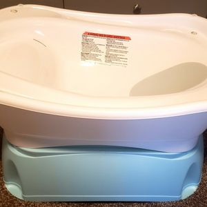 Elevated and Spacious Baby Bathtub with Newborn Bath Support for Sale in Milton, FL