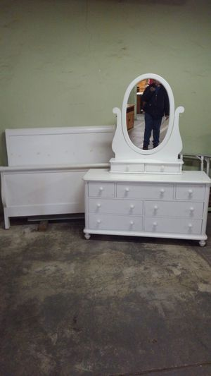 White full size bedroom set for Sale in Shoemakersville, PA