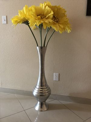 Tall vase and flowers for Sale in Las Vegas, NV