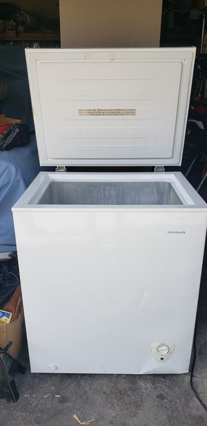 Frigidaire FFFC05M2UW Chest Freezer - 5 cu ft - White for Sale in South Gate, CA