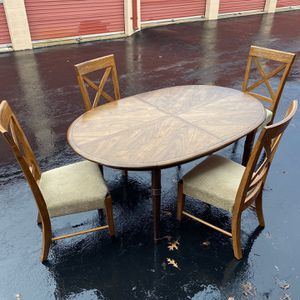 Dining room table and 4-chairs. for Sale in Columbia, MD