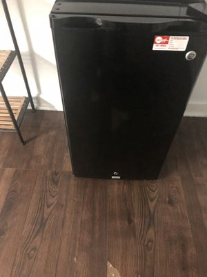 Mini fridge for Sale in Miami, FL