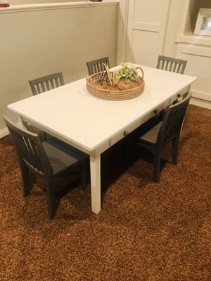 Kids Pottery Barn Carolina craft table with 5 chairs for Sale in Corona, CA
