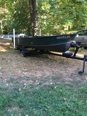 14 foot aluminum boat with 5.5 hp Johnson motor with tralier for Sale in Yalesville, CT