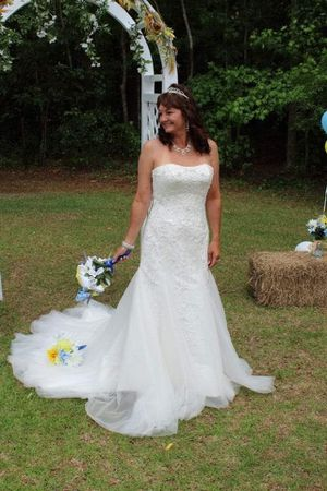 Mermaid wedding dress size 10-14 as it ties in the back for Sale in Bear Grass, NC