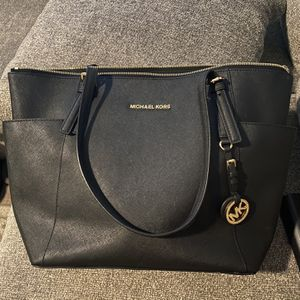 Michael Kors Leather Tote. for Sale in Phoenix, AZ