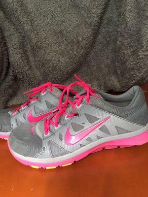 Barely Worn NIKE Women's Supreme TR 2 Running Shoe Size 8 Grey/Hot Pink for Sale in Lutz, FL