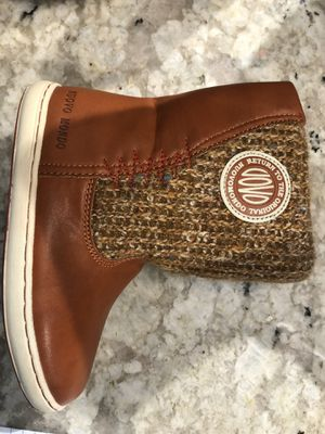 Uovo Mondo girls boots, nice and cozy for Sale in Elk Grove Village, IL