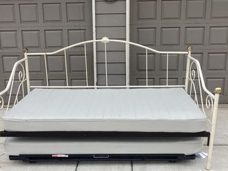 Twin To King Size Daybed for Sale in Oregon City,  OR