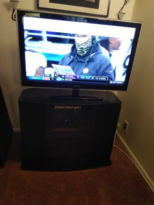 """Samsung 40"""" TV with black Stand for Sale in Reedley, CA"""