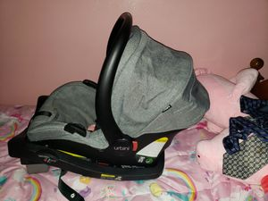 URBINI CAR SEAT/ CARRIER WITH BASE for Sale in Johnston, RI