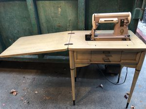 SINGER SEWING MACHINE WITH STAND for Sale in San Jose, CA