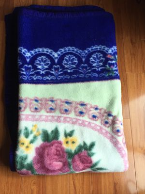Throw blanket lightly used for Sale in Germantown, MD