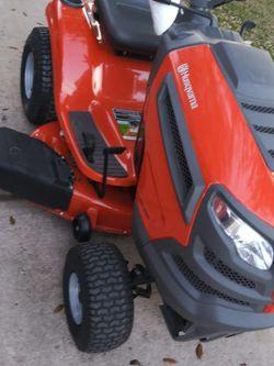 Husqvarna yth18542 42 In Riding Lanw Mower Brand New Never Used Nueva Nunca Usada for Sale in Houston,  TX