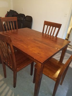 I sell this dining room set is made of good wood, it has small peels for Sale in Manassas, VA