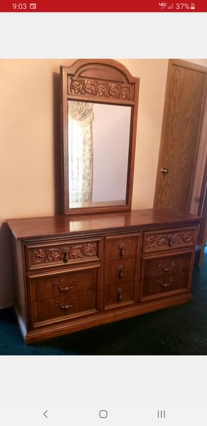 Vintage dresser with mirror for Sale in Wellington, KS