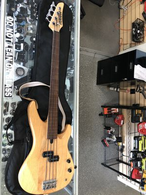 Yamaha Electric Bass Guitar Comes with case for Sale in Revere, MA