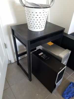 Compact computer desk with pull out keyboard drawer! for Sale in Guadalupe, AZ