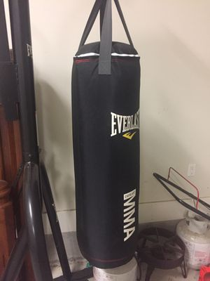 Everlast, 80 lb boxing bag with stand (has spot for speed bag) for Sale in Baton Rouge, LA